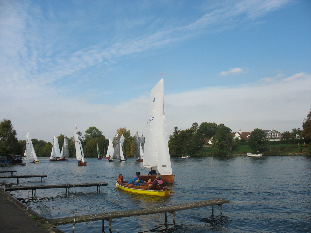 Quiver sails upstream as the rest of the fleet round the Lensbury mark